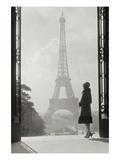 Vrouw voor Eiffeltoren, Parijs 1928 Premium gicléedruk van Hugo Wild