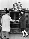 Nathan Horowitz Pickets the White House for the Committee for Amnesty of War Objectors Photographic Print