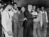 'Scottsboro Boys' and Radical Lawyer Samuel Leibowitz Cheer at Penn Station Fotografie-Druck
