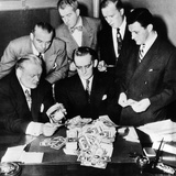 Federal and State Men Looking at Counterfeit Money Seized in Chicago, Feb, 2, 1952 Láminas