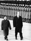 Pres Gerald Ford Walks with China's Vice Premier Deng Xiaoping During Visit to China, Dec 5, 1975 Fotografie-Druck