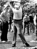Jack Nicklaus Watches Pres Ford's Golf Swing at Inverrary Classic, Lauderhill, Florida, Feb 2, 1975 Fotografie-Druck