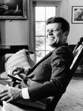 Pres Kennedy Sits in Rocking Chair in Oval Office of White House on 46th Birthday, May 29, 1963 Fotografie-Druck