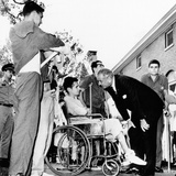 President Lyndon Johnson Greets Wounded Veterans at Walter Reed Hospital Fotografía