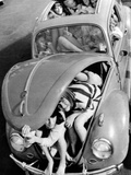 31 Teenagers Stuffed into a Volkswagen Beetle Photographic Print