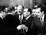 Pres Richard Nixon and Henry Kissinger Clink Champagne Glasses to Toast Lámina