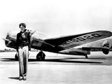 Amelia Earhart Standing in Front of the Lockheed Electra in Which She Disappeared in July 29, 1937 Fotografie-Druck