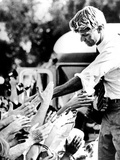 Robert Kennedy Shaking Hands During 1968 Campaign Fotografie-Druck