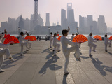 People Practicing Taiji and Pudong Skyline, Shanghai, China Fotografie-Druck von Keren Su