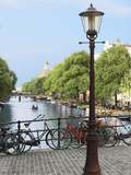 Old Gas Lamp Post and Bicycles on a Bridge over a Canal in Amsterdam, the Netherlands Fotografiskt tryck av Miva Stock