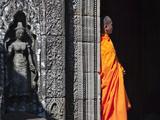 Keren Su - Monk with Buddhist Statues in Banteay Kdei, Cambodia - Fotografik Baskı