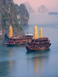 Keren Su - Junk Boat and Karst Islands in Halong Bay, Vietnam - Fotografik Baskı