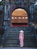Keren Su - Girl in Ao Dai (Traditional Vietnamese Long Dress) and Conical Hat at Minh Mang Tomb, Vietnam - Fotografik Baskı