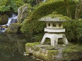 Stone Lantern and Heavenly Falls, Portland Japanese Garden, Oregon, USA Fotoprint av William Sutton