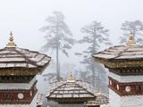 Chortens, Dochu La, Bhutan Lámina fotográfica por Dennis Kirkland