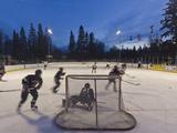 Youth Hockey Action at Woodland Park in Kalispell, Montana, USA Fotoprint av Chuck Haney