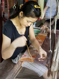 Weaver Working on Traditional Loom at Ock Pop Tok, Living Craft Centre, Ban Saylom, Laos Photographie par Lynn Gail
