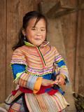 Portrait of Flower Hmong Girl in Traditional Clothing, Ban Pho Village, Bac Ha, Ha Giang, Vietnam. Photographie par Lynn Gail