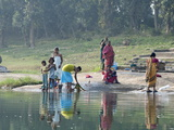 Women Washing Clothes on the Ghats of the River Mahanadi, Reflected in the Water, Orissa, Inda Photographie par Annie Owen