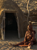 Himba Woman Grinding Rock into Powder, Purros Village, Kaokoland, Namibia Lmina fotogrfica por Kim Walker