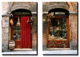Bicicletta parcheggiata fuori da un negozio di alimentari storico a Siena, Toscana, Italia Stampe di John Elk III