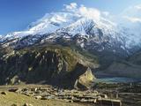 Manang Village and Annapurna Himalayan Range, Marsyangdi River Valley, Gandaki, Nepal Fotografisk tryk af Jochen Schlenker