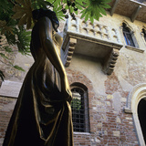 Juliet's Balcony and Statue, Verona, UNESCO World Heritage Site, Veneto, Italy, Europe Lámina fotográfica por Stuart Black