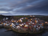 The View from Cowbar of the Fishing Village of Staithes, North Yorkshire, England Lámina fotográfica por Jon Gibbs