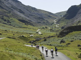 Cyclists Ascending Honister Pass, Lake District National Park, Cumbria, England, UK, Europe Lámina fotográfica por James Emmerson