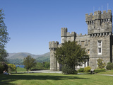 Wray Castle on Shore of Lake Windermere, Lake District Nat'l Park, Cumbria, England Fotografisk tryk af James Emmerson