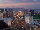 Elevated View of the Hotels and Casinos Along the Strip at Dusk, Las Vegas, Nevada, USA Photographie par Gavin Hellier