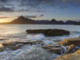 Atardecer en la playa de Elgol en el lago Scavaig, Cuillin Mountains, Isla de Skye, Escocia Lámina fotográfica por Chris Hepburn