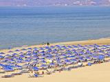 Beach and Sunshades on Beach at Giorgioupolis, Crete, Greek Islands, Greece, Europe Reproduction photographique par Guy Thouvenin