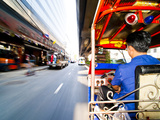 Tuk Tuk Driver Speeding in Bangkok, Thailand, Southeast Asia, Asia Photographie par Matthew Williams-Ellis
