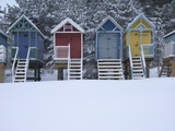 Beach Huts in the Snow at Wells Next the Sea, Norfolk, England Lámina fotográfica por Jon Gibbs