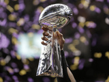Super Bowl XLVII: Ravens vs 49ers - The Lombardi Trophy - Ray Lewis Fotografisk trykk av Matt Slocum