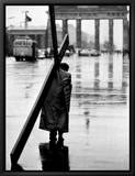 Man Carrying Cross, Berlin, October 1961 Leinwandtransfer mit Rahmung von Toni Frissell
