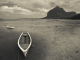 Boats on the Beach, Le Morne Brabant, Mauritius Impressão fotográfica por Green Light Collection