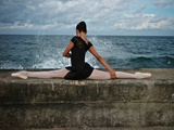 A Classic Ballerina from the Cuba National Ballet at the Malecon Fotodruck von Kike Calvo
