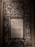 The Title Page of an Original King James Bible Dating from 1611 Fotografisk tryk af Jim Richardson