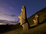 Lights Cast Long Shadows of Moai onto a Hill Lámina fotográfica por Jim Richardson