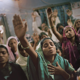 Christian worshippers gather in a pastor's home in Orissa. Fotografisk tryk af Lynn Johnson