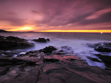Early Morning Surf Surges Through the Rocks at the Thunder Hole Fotografisk tryk af Raul Touzon