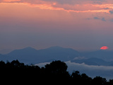 The Sun Sets Behind the Great Smoky Mountains, West of Fairview Photographie par Amy &amp; Al White &amp; Petteway
