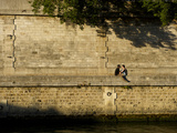 A Couple Sitting on the Bank of the Seine River Photographie par Keenpress