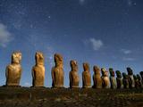 A Row of Moai Stand in Various Sizes Fotografisk trykk av Jim Richardson