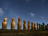 A Row of Moai Stand in Various Sizes Lámina fotográfica por Jim Richardson