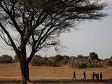 Kara Children Playing Games in their Village Fotografisk tryk af Randy Olson
