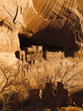 Ancient Navajo Cliff Dwellings in Canyon De Chelly Fotografie-Druck von James Forte
