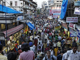 Crowds Near the Flower Market in Downtown Mumbai Fotografisk tryk af Randy Olson